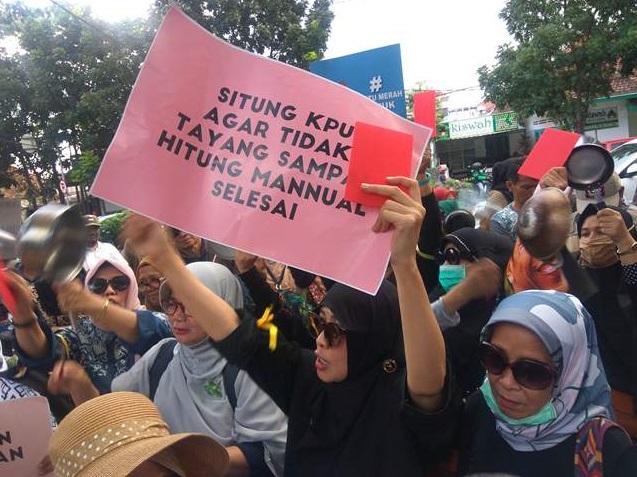 Aksi Gerakan Anti Pemilu Curang, Emak-emak Beri Kartu Merah Ke KPU Jabar
