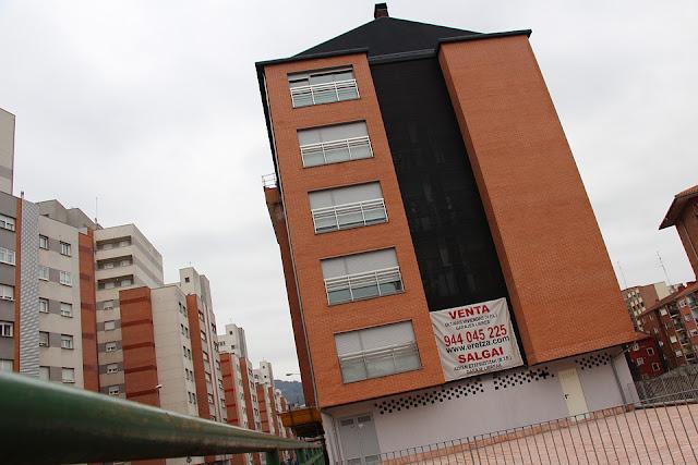 Edificio de viviendas en cuyos bajos debe abrirse el centro de salud de Retuerto