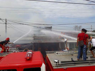 Pemadam Pemko Siantar dan PT. STTC berusaha memadamkan api Di rumah Siadari di jalan Melanthon Siregar Tapian Nauli Marihat Kota Pematangsiantar