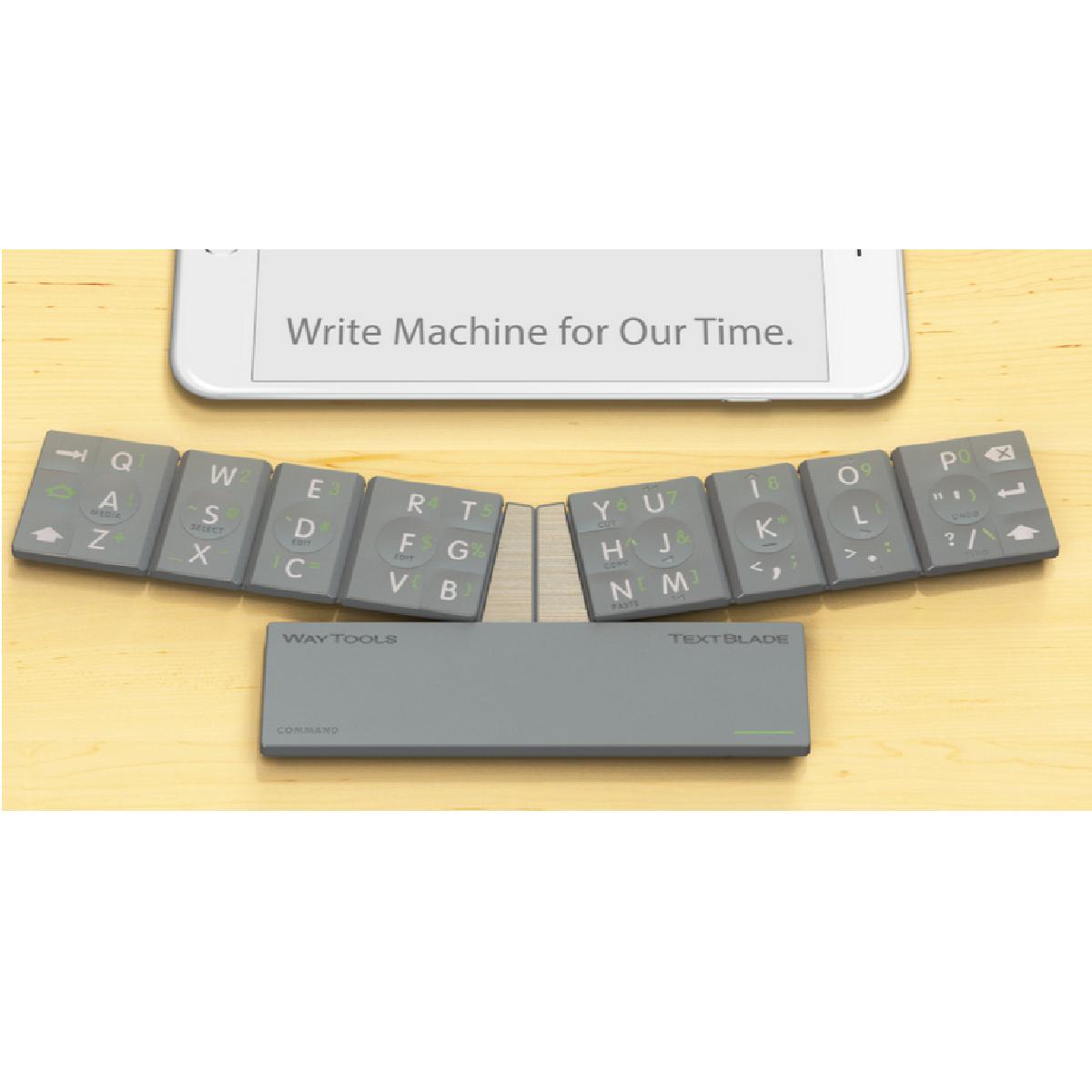 Le clavier TextBlade assemblé et connecté à un iPhone.