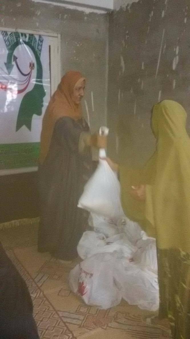 """""""عمومية نساء مصر"""" توزع 2000 كرتونة مساعدات غذائية ب 7 محافظات"""