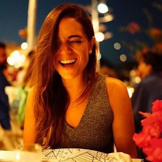 Foto Ipek Karapinar Cantik Sedang Tertawa