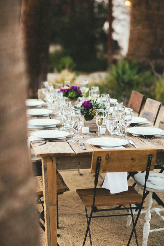mesa de boda rustica decorada con delicados centros florales chicanddeco