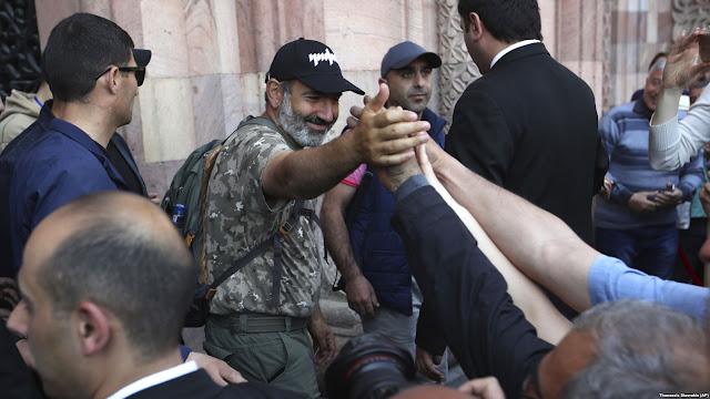 El partido gobernante capitula y dice respaldará a Pashinian para primer ministro