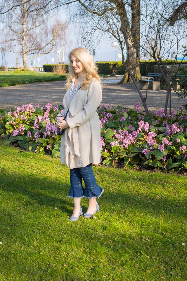 Trenchcoat und Jeans mit Rüschensaum