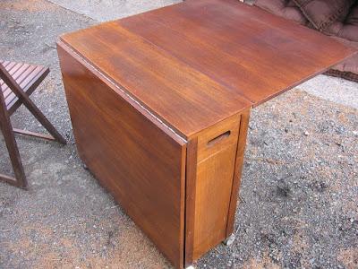 طاولة مع اربع كراسي داخلها، طاولة تحتوي على اربع كراسي، طاولة مع كراسي, ترابيزة قابلة للطي, طاولة قابلة للطي