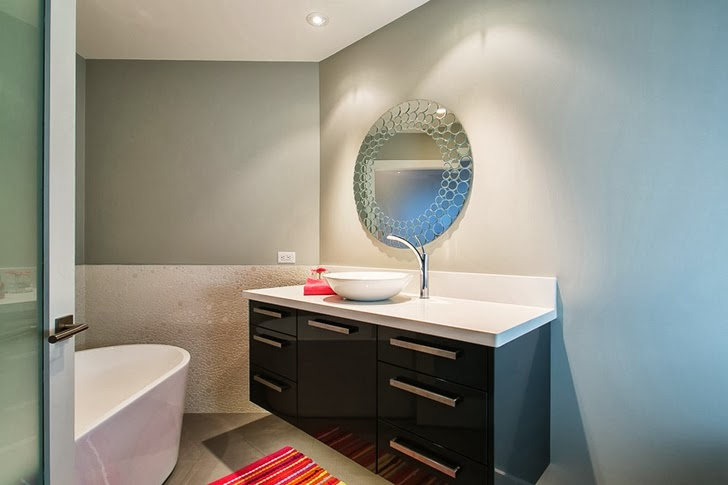 Smaller bathroom in Contemporary home by Trevor Euley in Canada