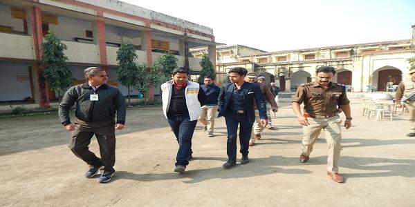 Jiladhikaari-evam-police-adhikshak-ne-kaii-pariksha-kendro-ka-gahntaa-se-kiya-nirikshan