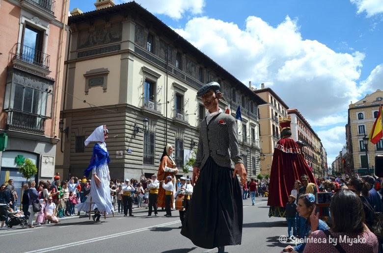 Fiestas de San Isidro en Madrid マドリードのサン·イシドロ祭で踊る伝統の大人形