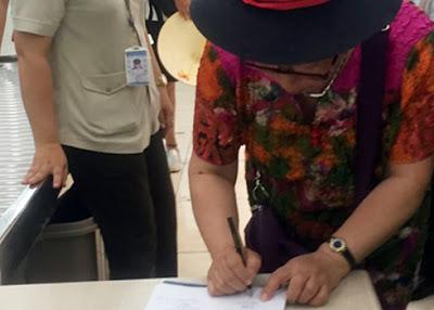 Một hành khách Trung Quốc bị phát hiện lấy trộm điện thoại tại sân bay Cam Ranh.