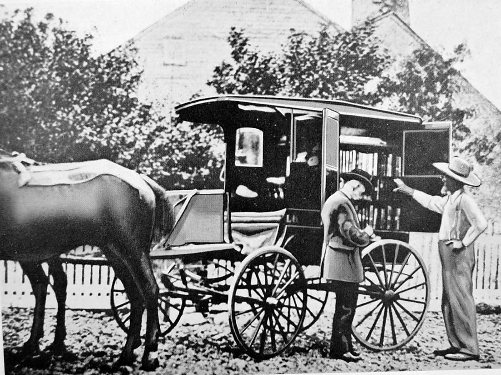 Un caballo y un carro tempranos del bookmobile en Washington D.C.