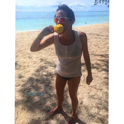 babidji en train de manger un ananas sur la plage du morne à l'Île Maurice