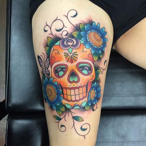 Um sorriso doce cranio entre as flores