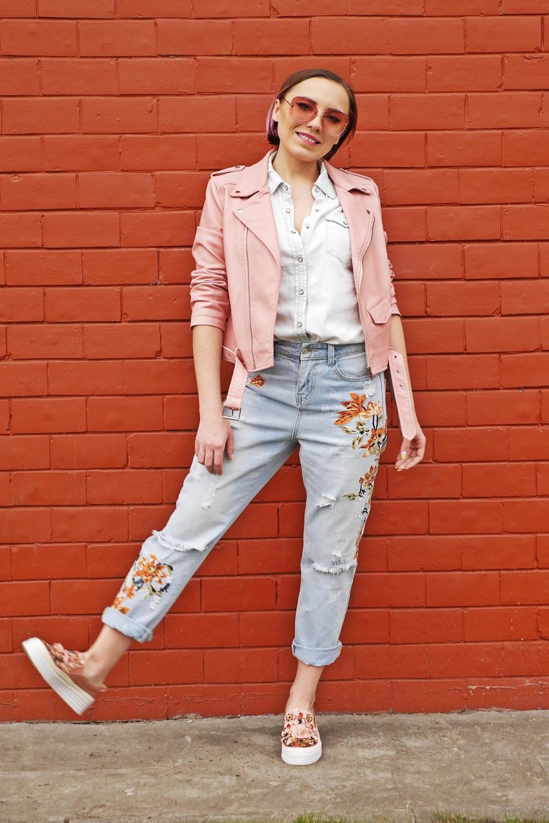 1_slip_on_kwiaty_rozowe_renee_jeansowe_spodnie_hafty_skorzana_ramoneska_karyn_blog_modowy_030418