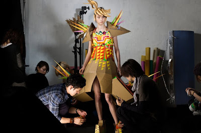 Campaña de diseño de modas con vestidos de papel