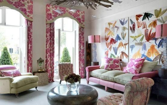 Ruang Tamu Full Color Dengan Warna Pink Yang Mencolok