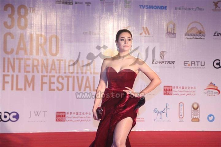 بالصور.. مريم حسين تتعرض لموقف محرج بإطلالتها الجريئة على السجادة الحمراء