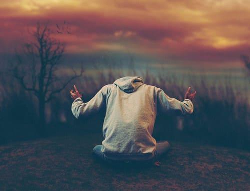 joven-orando-en-intimidad-con-dios