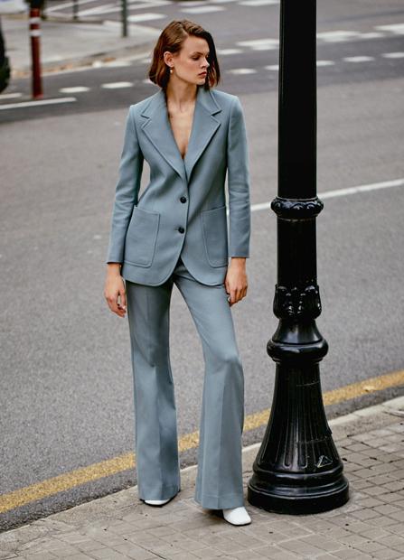 Серо-голубой костюм с брюками фасона bootcut