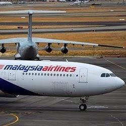 Avião da Malaysia Airlines taxia em Perth, Austrália