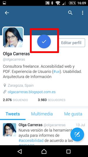 Captura de la página del perfil de Olga Carreras en la aplicación de Twitter. Hay un botón azul de aceptar flotando en mitad de la pantalla. Se ha resaltado para llamar la atención sobre él.