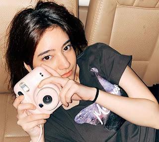 Dania Salsabila Bawa Kamera