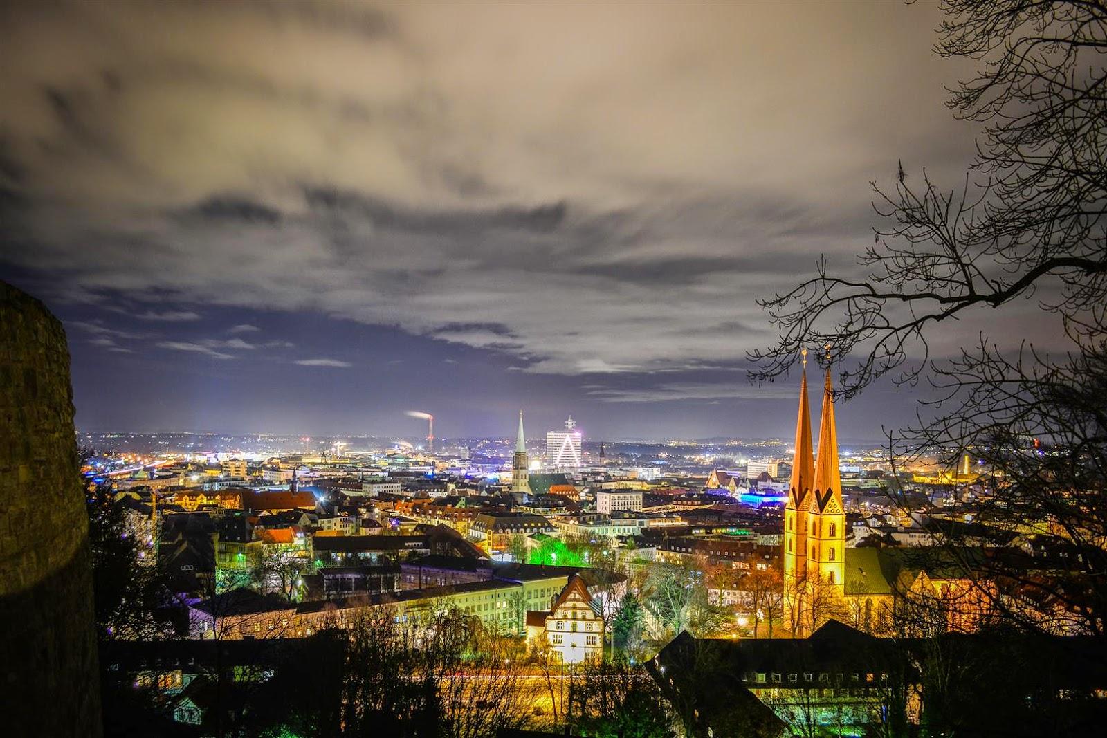 Ausblick von der Sparrenburg auf Bielefeld bei Nacht