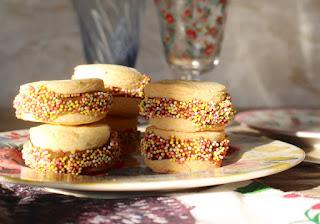 Receta: Alfajorcitos de dulce de leche con sprinkles! www.soyunmix,com