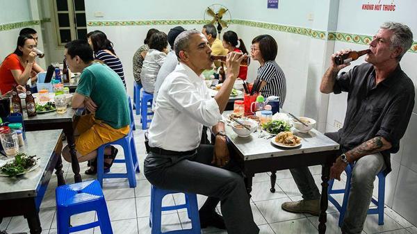 Obama Ngebir dan Makan Babi Panggang di Restoran Kecil
