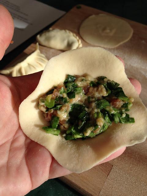 Deegplakje met vulling, begin van een dumpling