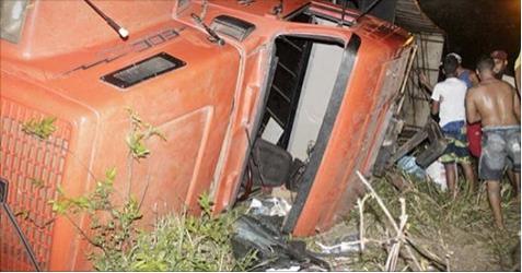 Caminhão carregado de feijão tomba na BR-101 e carga é saqueada por populares em São Miguel dos Campos - Al