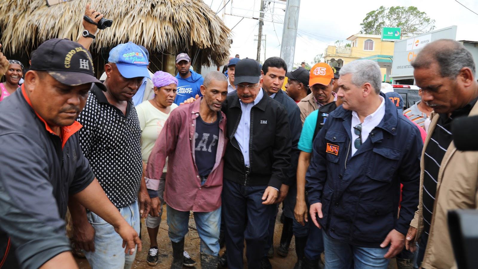 Danilo Medina recorre zonas afectadas por huracán María; escucha a la gente e instruye soluciones
