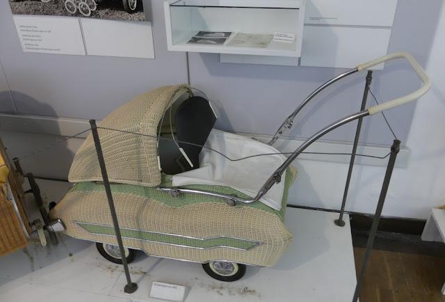 Deutsches Korbmuseum Michelau - geflochtener Kinderwagen