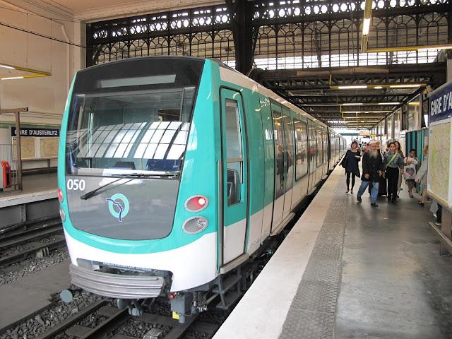 Metrô na estação em Paris