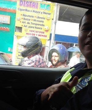 Mujer se pone mal el casco y su foto se vuelve viral