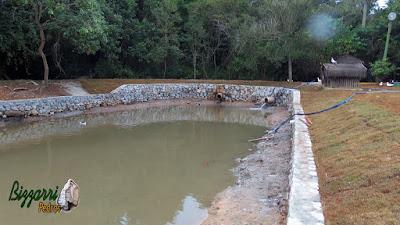 Restauração do lago em Cotia-SP com o muro de pedra rachão em volta do lago, onde vamos executar o caminho de pedra com o piso com concreto desempenado.