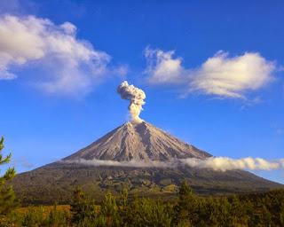 6. Gunung Semeru, Jawa Timur (3.676m)