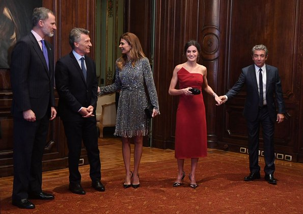 Queen Letşzşa wore a new red dress by Spanish designer Roberto Torretta. First Lady Juliana Awada is wearing grey squin dress