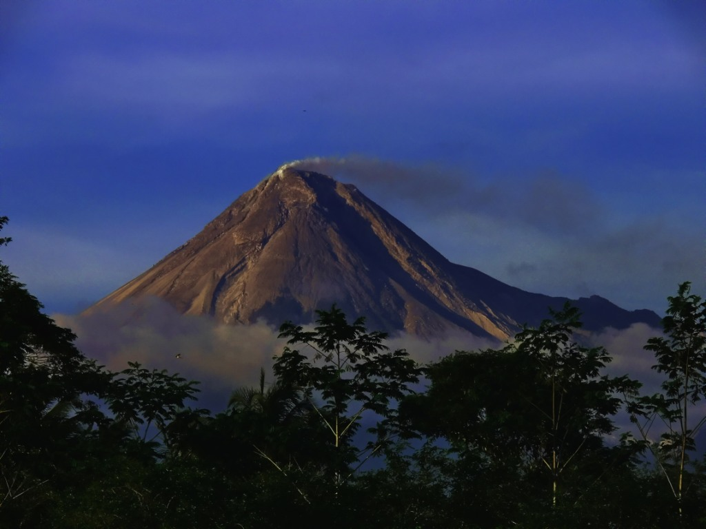 full picture Krakatau Mountain Indonesia