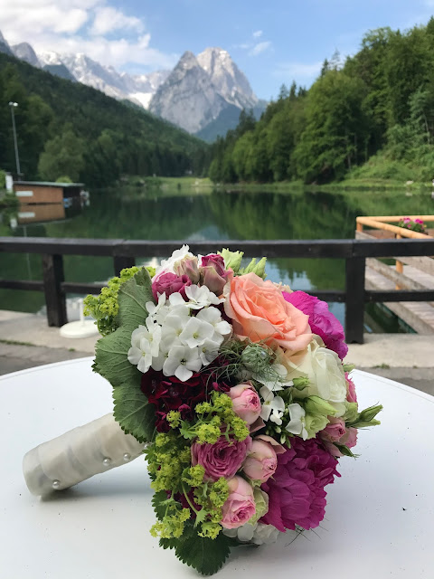 bridal bouquet,  shades of raspberry and apricot, lake-side wedding in the Bavarian mountains, Garmisch-Partenkirchen, Germany, wedding venue Riessersee Hotel, wedding planner Uschi Glas, getting married abroad