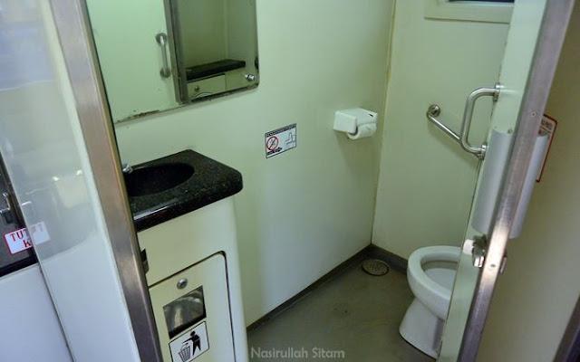 Toilet di dalam kereta api Wijayakusuma cukup bersih