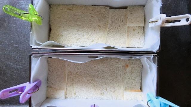 型にクッキングシートを底と側面に敷き、食パンの耳をとったものをすき間なく敷き詰めます。