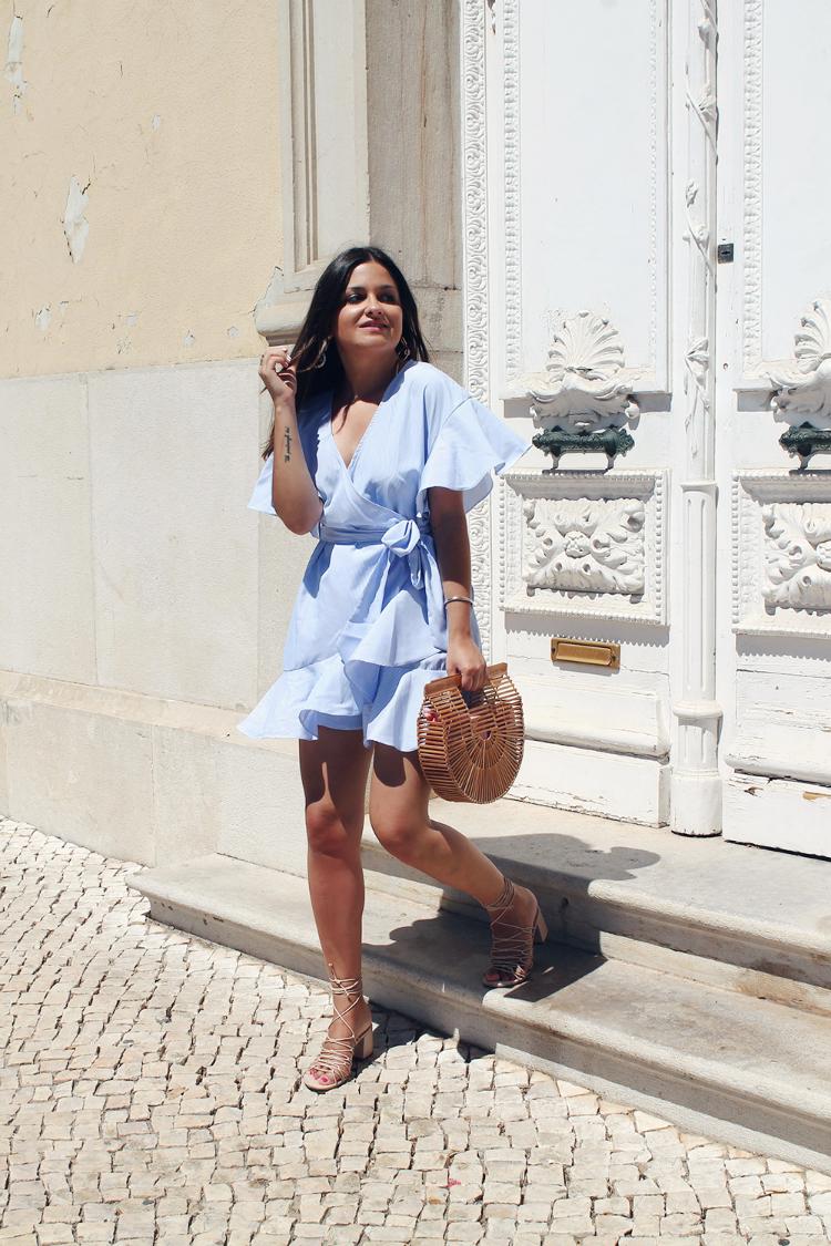 Vestido azul bolso de madera moda