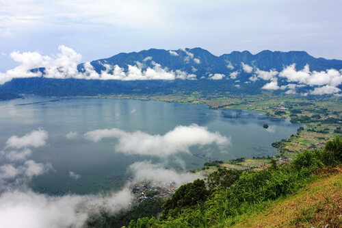 panorama danau maninjau dari puncak lawang
