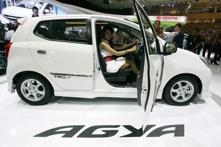 Tampilan Samping Mobil Toyota Agya Putih