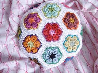 https://www.myboshi.net/anleitungen/handarbeit-anleitungen-zum-download/home-deko/kissen/african-flower-hexagonkissen-rund.html