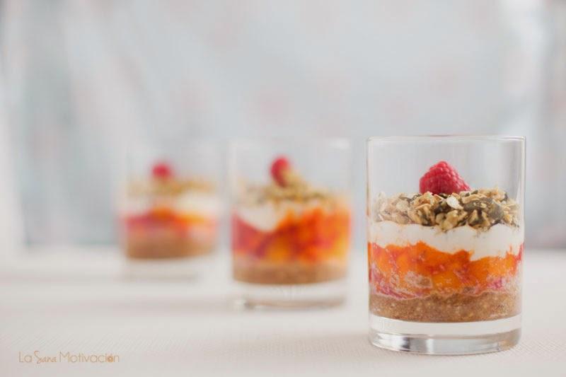granola, fruta y crema de coco o yogur