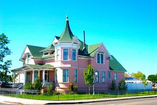 kombinasi warna pink pada cat rumah