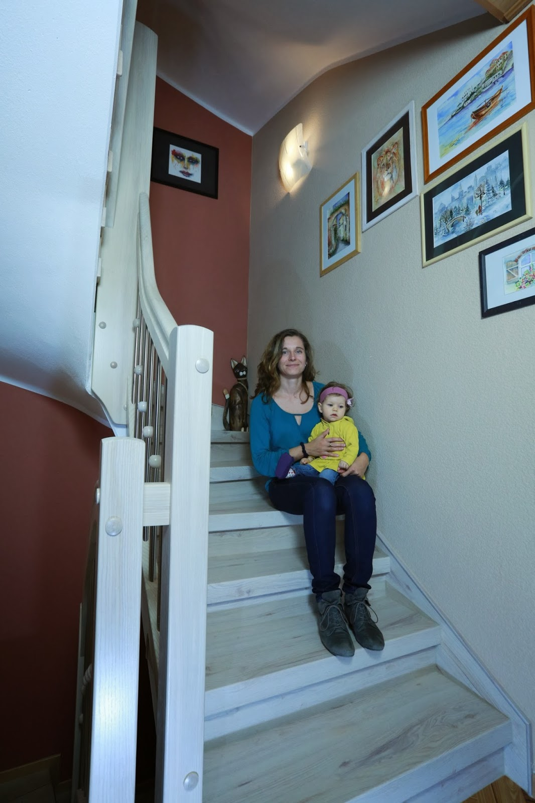 fertig renovierte Treppe und Geländer in weißem Nussbaum