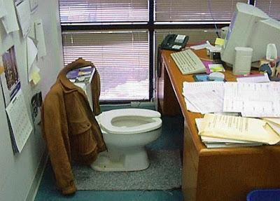 Klo auf Arbeit im Büro lustig - heilige Scheiße